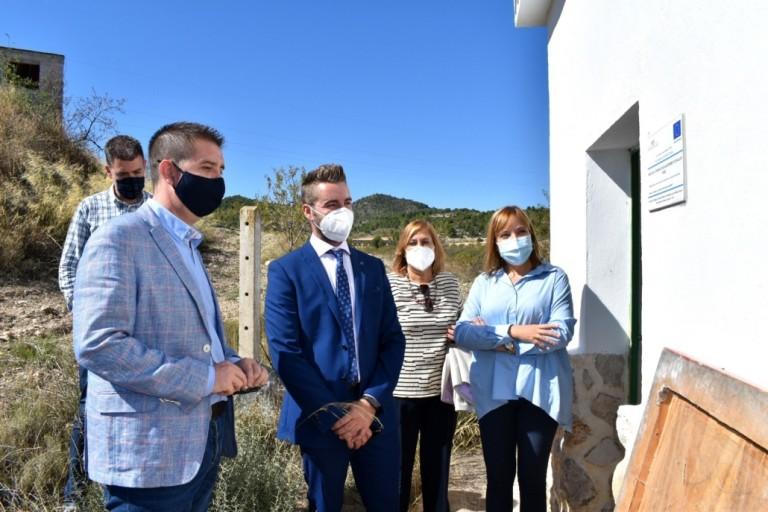 Presidente-y-vicepresidenta-visitan-en-Ferez-un-pozo-de-abastecimiento-de-agua-mejorado-mediante-la-EDUSI-1030x687